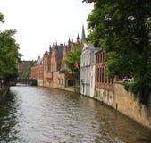 Canale nella città di Bruges fotografia stock libera da diritti