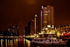 Canale nella notte, Holland Netherlands del fiume di Rotterdam fotografia stock libera da diritti