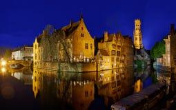Canale panoramico di Bruges di notte Fotografia Stock Libera da Diritti