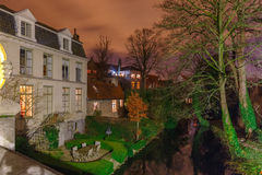 Canale pittoresco di notte a Bruges, Belgio Fotografia Stock Libera da Diritti