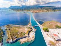 Canale principale del porto di Leucade e brids giranti di galleggiamento del ponte ey Fotografia Stock