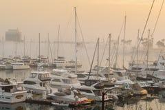 Canale principale nebbioso di Marina del Rey immagine stock libera da diritti