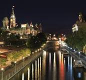 Canale Rideau ed il Parlamento del Canada alla notte fotografia stock