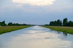Canale scorrente dell'acqua per irrigazione della risaia Fotografia Stock