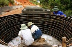 Canale sotterraneo del cemento della colata del lavoratore per i lavori stradali Fotografia Stock Libera da Diritti