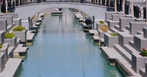 Canale stretto moderno con acqua blu video d archivio
