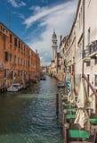 Canale stretto a Venezia, Italia Immagini Stock Libere da Diritti