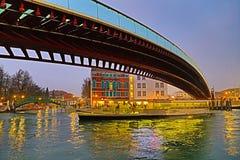 Canale a Venezia alla notte, Italia immagini stock