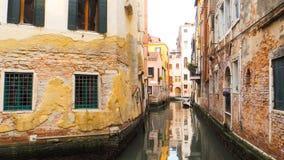 Canale a Venezia con costruzione antica Fotografia Stock