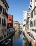 Canale a Venezia con la gondola di galleggiamento immagine stock libera da diritti