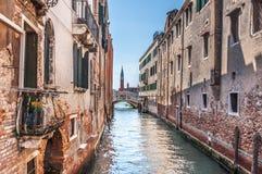 Canale veneziano Rio de la Pleto con il piccolo ponte Fotografia Stock Libera da Diritti