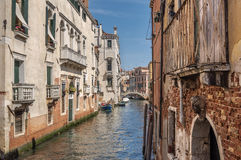 Canale veneziano Rio de la Pleto con il piccolo ponte Fotografie Stock