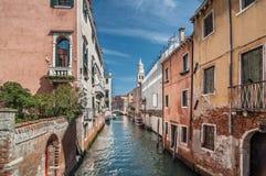 Canale veneziano Rio de la Pleto Vista di Sant Antonin Vecchie pareti Fotografia Stock Libera da Diritti