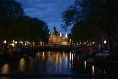 Canale vicino della chiesa durante il crepuscolo immagini stock libere da diritti