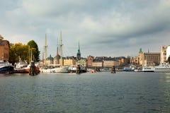 Canales, barcos y edificios viejos hermosos en Estocolmo, Suecia fotos de archivo libres de regalías