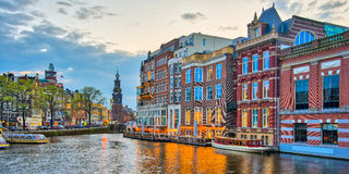 Canales de Amsterdam con el puente y casas holandesas típicas en Netherl Imágenes de archivo libres de regalías