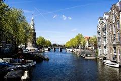 Canales de Amsterdam con los barcos y los aviones Fotos de archivo