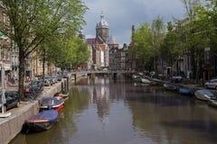 Canales de Amsterdam con los puentes, los barcos y las casas Imágenes de archivo libres de regalías