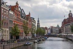 Canales de Amsterdam con los puentes, los barcos y las casas Foto de archivo libre de regalías
