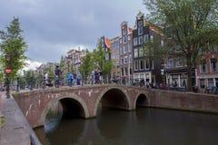 Canales de Amsterdam con los puentes, los barcos y las casas Fotografía de archivo
