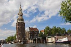 Canales de Amsterdam con los puentes, los barcos y las casas Imagenes de archivo