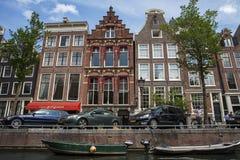 Canales de Amsterdam con los puentes, los barcos y las casas Fotografía de archivo libre de regalías