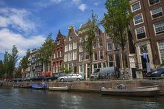 Canales de Amsterdam con los puentes, los barcos y las casas Fotos de archivo