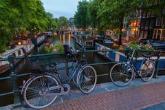 Canales de Amsterdam de la noche Imagen de archivo libre de regalías