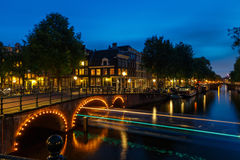Canales de Amsterdam de la noche Fotografía de archivo libre de regalías