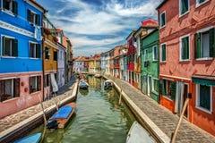 Canales de Burano, Italia el día de verano Imagenes de archivo