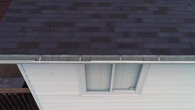 Canales de examen de la casa del inspector del tejado de la visión aérea almacen de metraje de vídeo