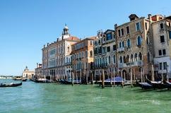 Canales de Venecia, con las góndolas, edificios viejos que sorprenden Fotografía de archivo