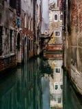 Canales de Venecia en Dirstict histórico, Italia Foto de archivo