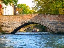 Canales del agua de la ciudad con los barcos turísticos en el centro histórico de Brujas, aka de Brujas, Bélgica, Europa Fotos de archivo libres de regalías