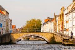 Canales del agua de la ciudad con los barcos turísticos en el centro histórico de Brujas, aka de Brujas, Bélgica, Europa Fotos de archivo