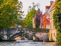 Canales del agua de la ciudad con los barcos turísticos en el centro histórico de Brujas, aka de Brujas, Bélgica, Europa Fotografía de archivo libre de regalías