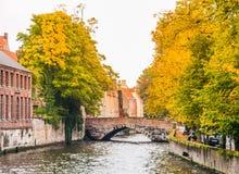 Canales del agua de la ciudad con los barcos turísticos en el centro histórico de Brujas, aka de Brujas, Bélgica, Europa Imagenes de archivo