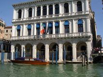 Canales del día de fiesta del carnaval de la góndola de los palacios de Venecia Imagen de archivo