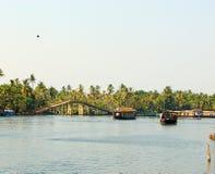 Canales del remanso con un puente y las casas flotantes, Kerala, la India Imagenes de archivo