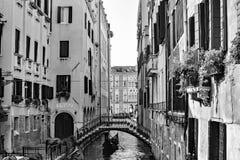 Canales, edificios, y barcos de Venecia imágenes de archivo libres de regalías