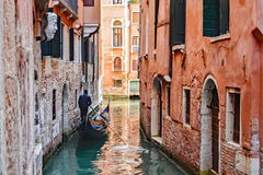 Canales, edificios, y barcos de Venecia fotos de archivo