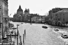 Canales, edificios, y barcos de Venecia imagen de archivo