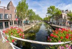 Canales en los Países Bajos - ciudad de la cerámica de Delft Fotos de archivo