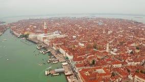 Canales estrechos y tejados anaranjados en Venecia almacen de video