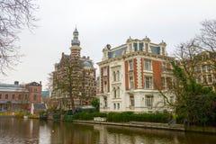 Canales holandeses y casas típicas del canalside Imagen de archivo libre de regalías