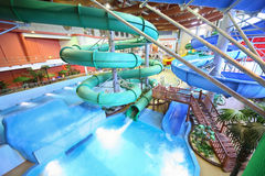 Canales inclinados como espiral y escalera en aquapark Fotos de archivo libres de regalías