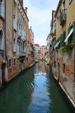 Canales venecianos estrechos, Venecia, Italia Foto de archivo libre de regalías