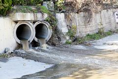 Canales y environmentalism de las aguas residuales fotografía de archivo