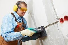 Canaleta maching do eletricista na parede imagem de stock royalty free