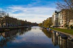 Canaletas de Amsterdão fotografia de stock